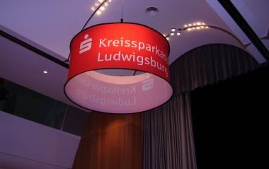 Cylindrischer Deckenhänger_beleuchtet_KSK Ludwigsburg 2